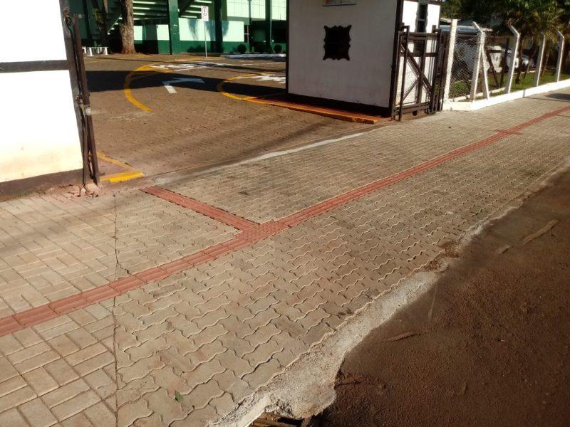 """15c77dff7 Após a substituição da tubulação pluvial antiga, a calçada em frente ao  Parque Municipal foi refeita, em novo padrão de qualidade, com piso  intertravado e """" ..."""